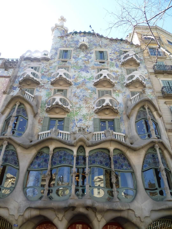 Ein weiteres Gaudi Haus in der Innenstadt. Wochenendtrip zu Gaudi nach Barcelona, Spanien.