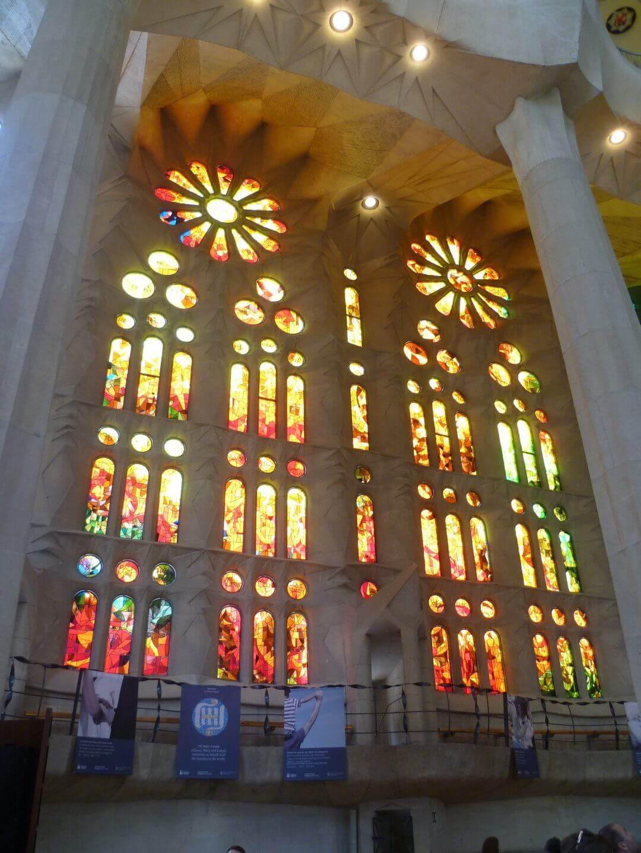 Bunte Kirchenfenster in der Sagrada Familia. Wochenendtrip zu Gaudi nach Barcelona, Spanien.