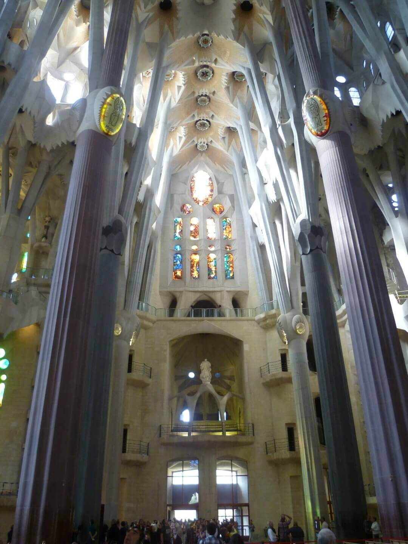 Aufstrebende Säulen in der Sagrada Familia. Wochenendtrip zu Gaudi nach Barcelona, Spanien.