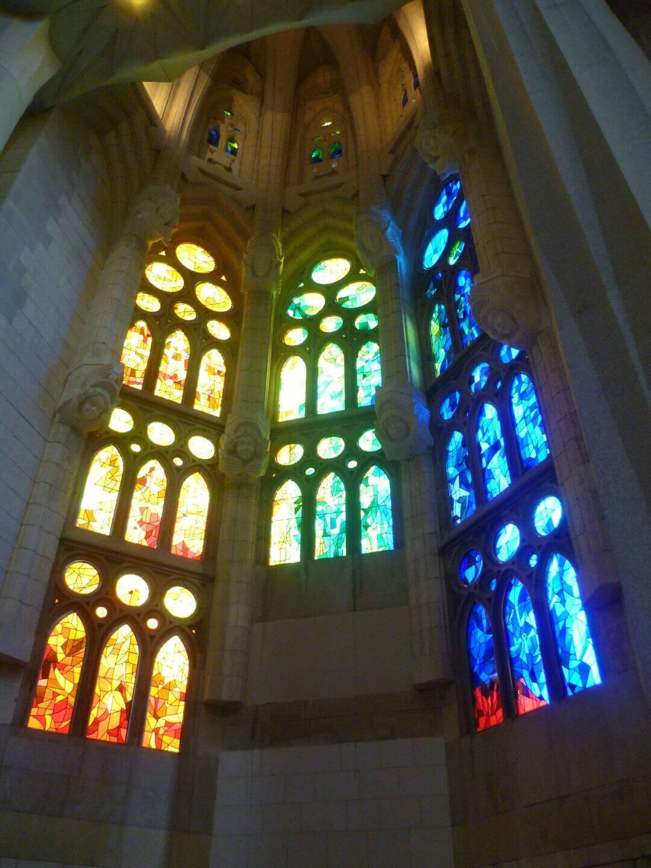 Buntes Lichterspiel in der Sagrada Familia. Wochenendtrip zu Gaudi nach Barcelona, Spanien.
