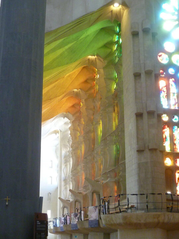 Farbspiele in der Sagrada Familia. Wochenendtrip zu Gaudi nach Barcelona, Spanien.