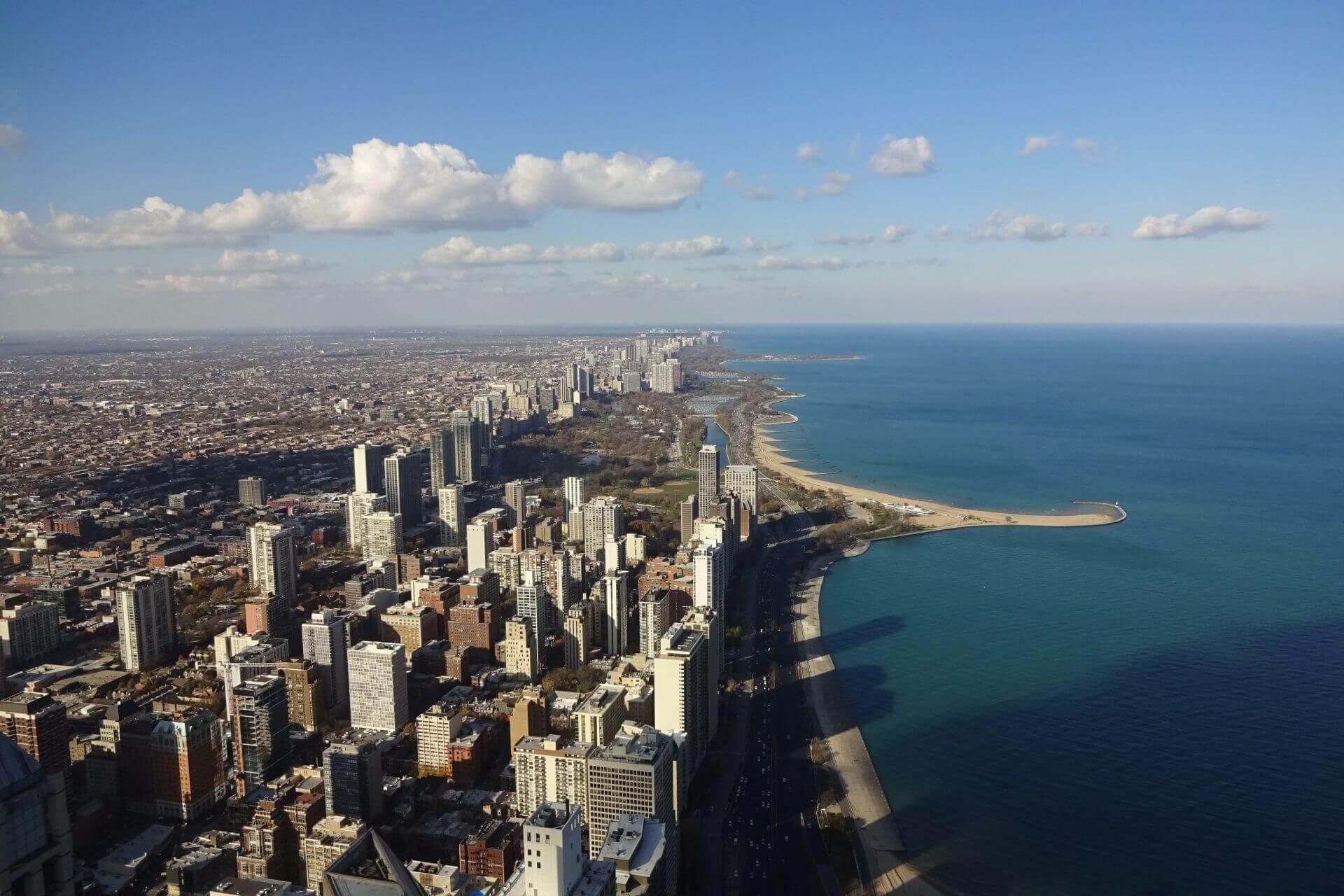 Ausblick auf die Küste des  Michigansees vom observatory im 94. Stockwerk des John Hancock Center. Bilder und Eindrücke aus Chicago, Illinois, United States.