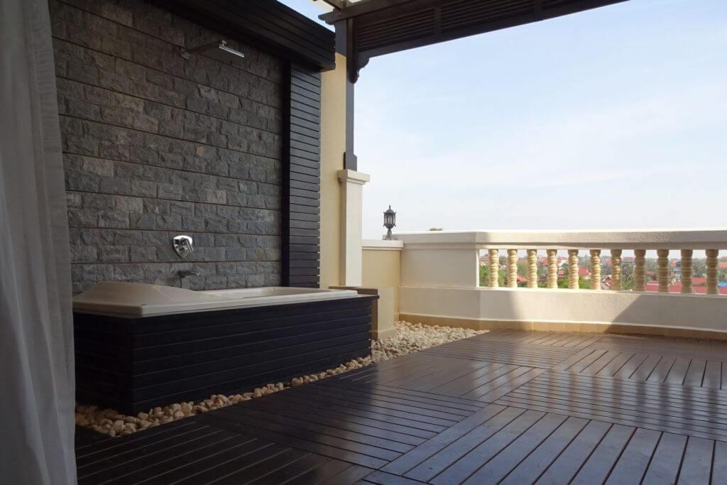 Balkon mit Badewanne im Borei Angkor Resort und Spa. Bilder und Eindrücke aus Kambodscha - Cambodia, Siem Reap, Angkor Wat, Sihanoukville und Phnom Penh.