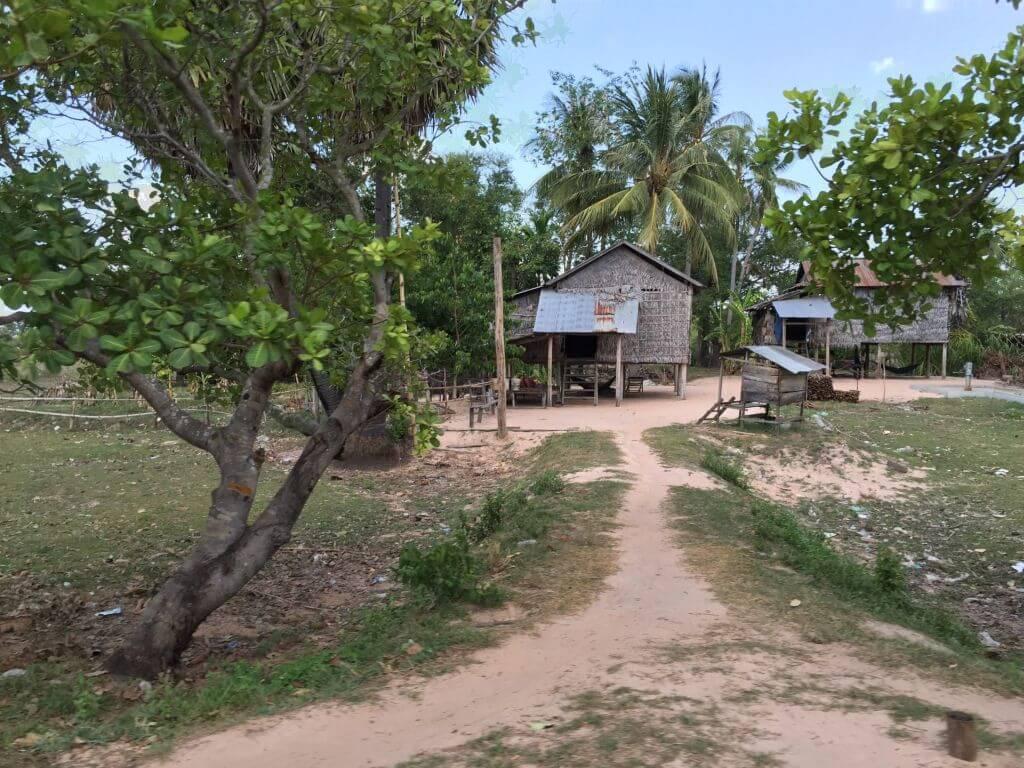 Altes Wohnhaus auf Stelzen. Bilder und Eindrücke aus Kambodscha - Cambodia, Siem Reap, Angkor Wat, Sihanoukville und Phnom Penh.