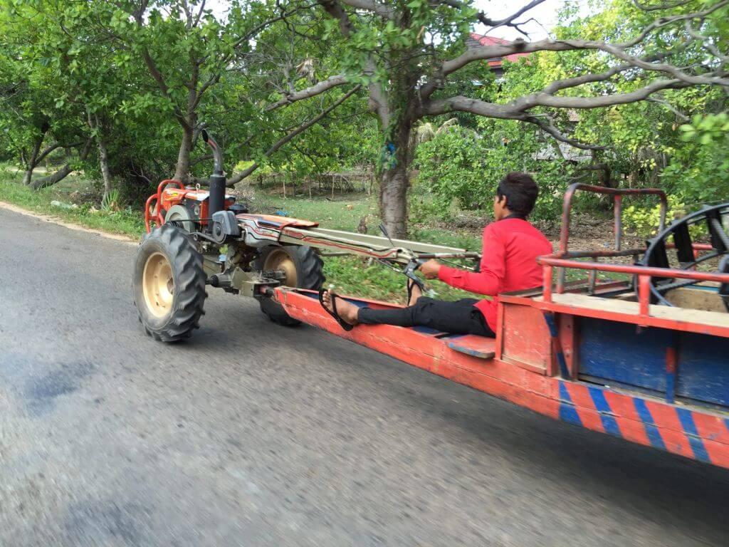Selbstgebauter Traktor. Transportmittel. Bilder und Eindrücke aus Kambodscha - Cambodia, Siem Reap, Angkor Wat, Sihanoukville und Phnom Penh.