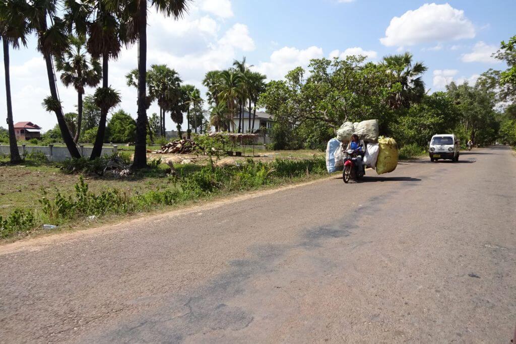 Voll bepacktes Moped. Transportmittel. Bilder und Eindrücke aus Kambodscha - Cambodia, Siem Reap, Angkor Wat, Sihanoukville und Phnom Penh.