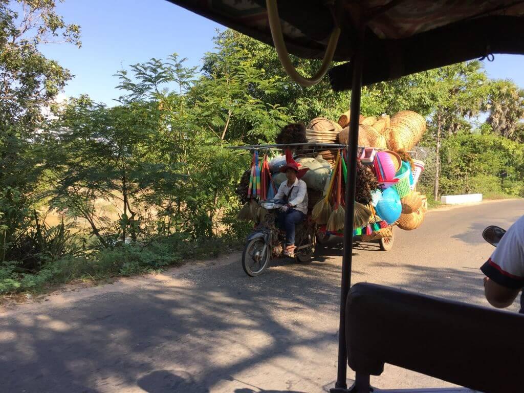 Kompletter Laden auf Moped. Transportmittel. Bilder und Eindrücke aus Kambodscha - Cambodia, Siem Reap, Angkor Wat, Sihanoukville und Phnom Penh.