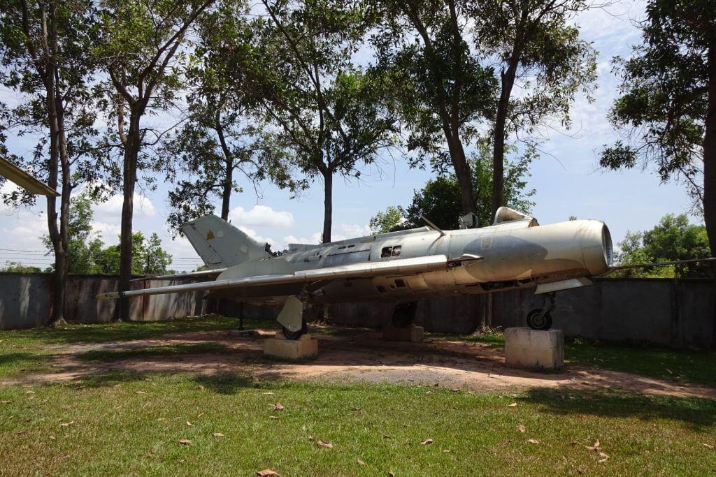 Chinesisches MIG Flugzeug im Kriegsmuseum. Bilder und Eindrücke aus Kambodscha - Cambodia, Siem Reap, Angkor Wat, Sihanoukville und Phnom Penh.