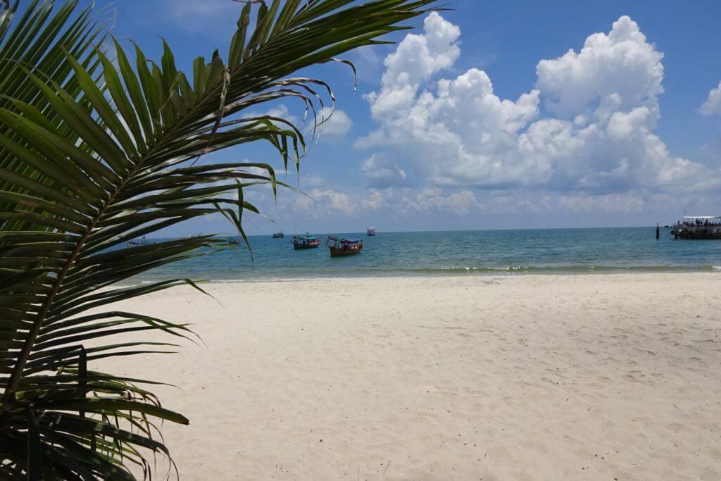 Strand mit Palme in Sihanoukville. Bilder und Eindrücke aus Kambodscha - Cambodia, Siem Reap, Angkor Wat, Sihanoukville und Phnom Penh.