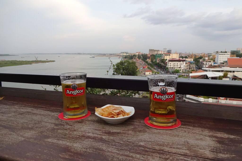 Blick über die Uferpromenade in Phnom Penh. Bilder und Eindrücke aus Kambodscha - Cambodia, Siem Reap, Angkor Wat, Sihanoukville und Phnom Penh.